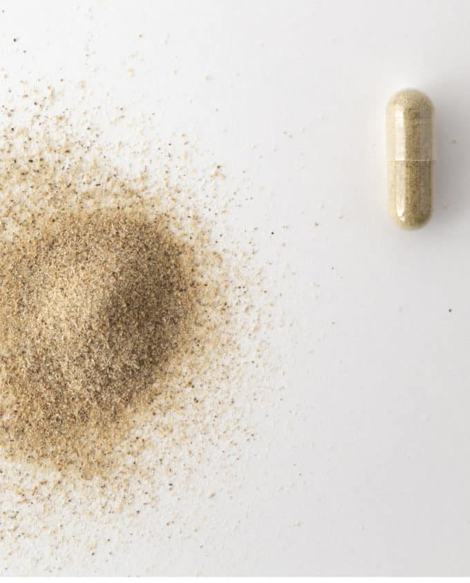 Gélule et poudre du complément alimentaire bio Vitalité 100% plantes : ginseng rouge, cassis, harpagophytum et prêle.