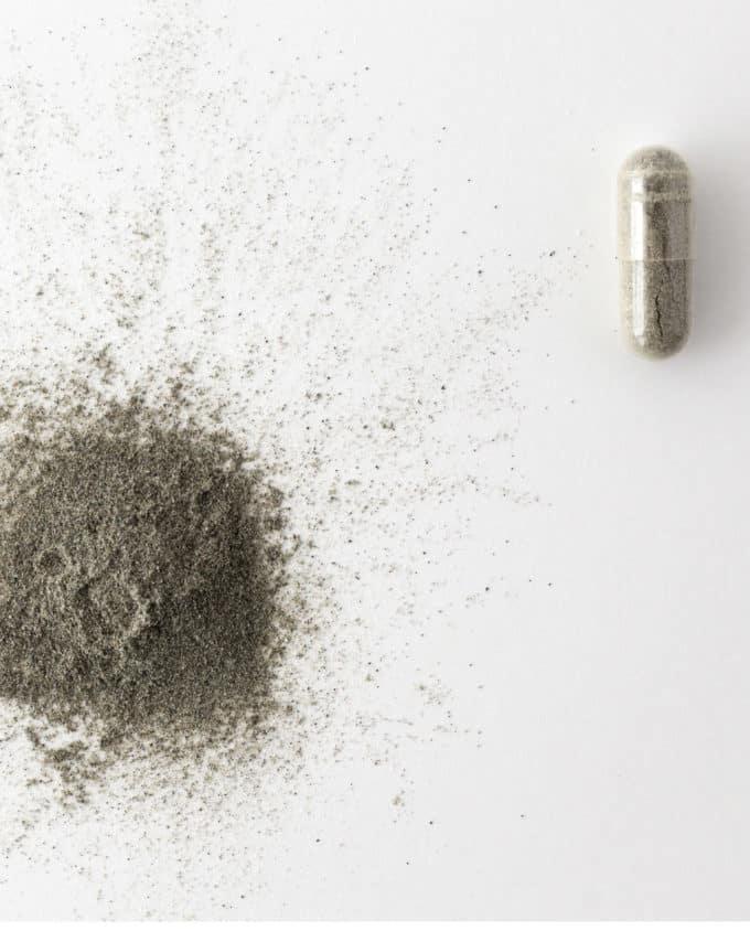 Gélule et poudre du complément alimentaire bio Vitalité 100% plantes : acérola, spiruline, eleuthérocoque et thé vert.